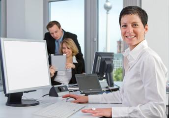 Team im Büro am Arbeitsplatz