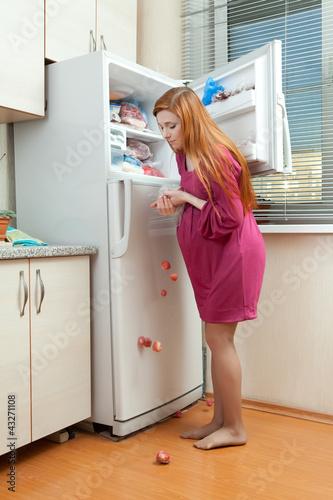 Жена должна быть босая беременная и на кухне 77