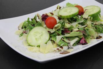 bunter Salat mit Gurken