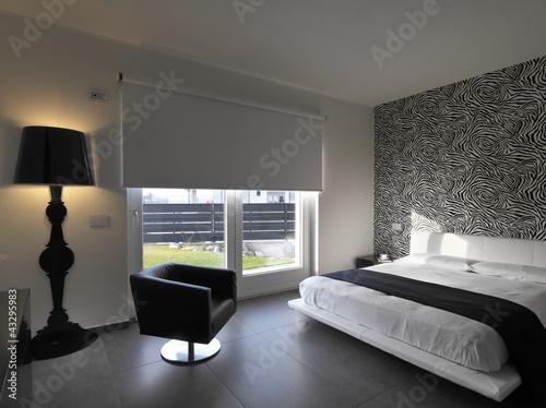 camera da letto moderna con poltrona in pelle nera\