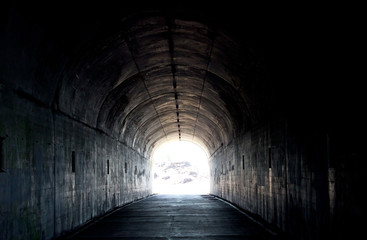 Photo sur Plexiglas Tunnel Long Dark Tunnel With Light At The End