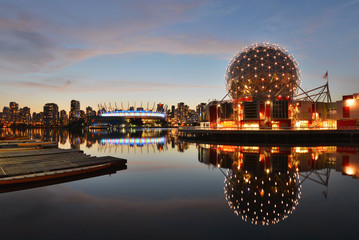 Vancouver Science World and BC Stadium at night Fototapete