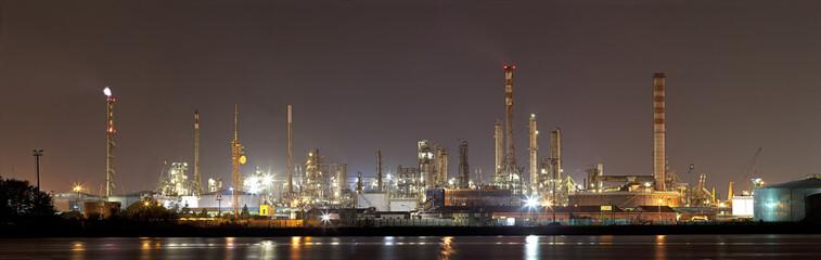 Paesaggio industriale notturno