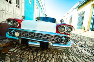 Foto op Plexiglas Oude auto s voiture dans petite rue de trinidad