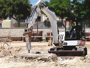 Escavatore con martello demolitore