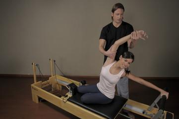 Mujer joven haciendo pilates