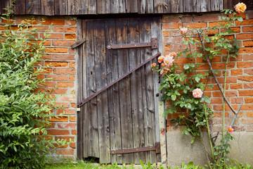 Alte Holztür im Fischerdorf Gothmund bei Lübeck, Deutschland