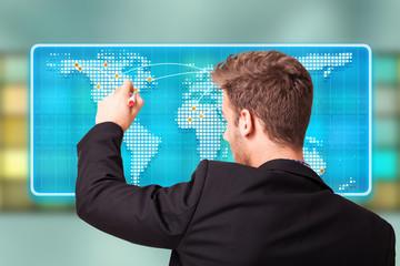 junger Mann markiert Punkt auf Weltkarte
