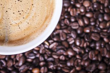 Filiżanka kawy na tle ziaren kawy