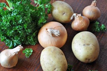 Petersilie mit Zwiebel und Kartoffel Roh auf Holzbrett