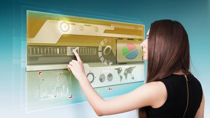 junge Frau benutzt virtuelles Interface
