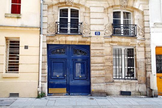 Porte bleue sur façade de pierre