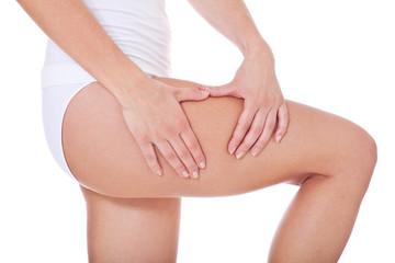 Frau kontrolliert ihre Haut auf Cellulite