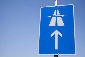 Autobahnschild mit blauem Himmel