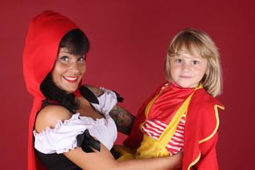 Caperucita roja con niño rubio