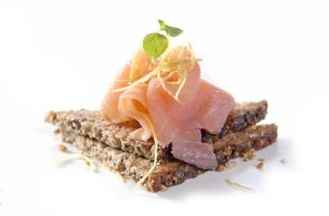 kanapka z łososiem na ciemnym chlebie