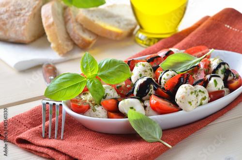 tomaten mozzarella salat mit basilikum und balsamico stockfotos und lizenzfreie bilder auf. Black Bedroom Furniture Sets. Home Design Ideas