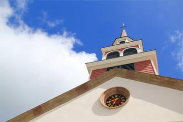 campanile chiesa con cielo azzurro