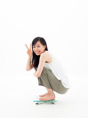 体重計に乗る女の子