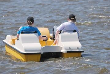 Zwei Teenäger in einem Tretboot