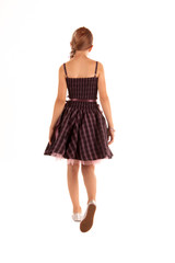 Mädchen geht im Kleid