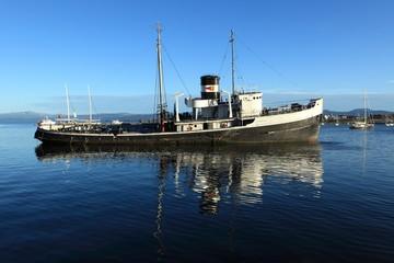Fischerkutterwrack im Hafen von Ushuaia