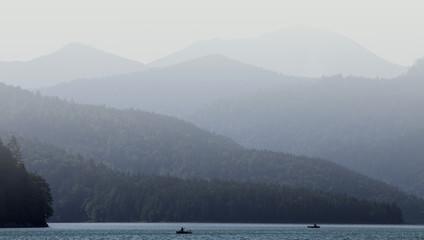 Stop Burn Out Berge mit Nebel und See im Vordergrund