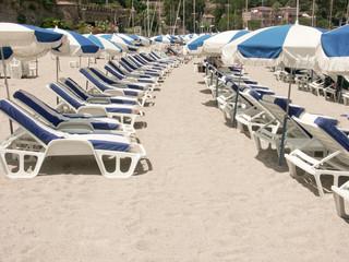 lits de soleil et parasols de plage