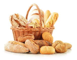 Photo sur Plexiglas Boulangerie Bread and rolls in wicker basket isolated on white
