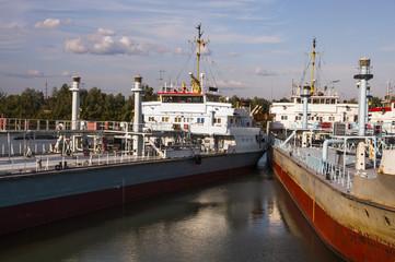 Грузовые речные корабли у пристани.