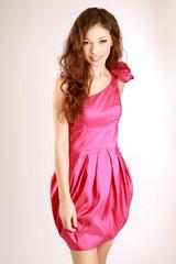 modelka w różowej sukience