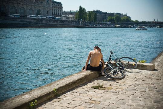cycliste en bord de Seine à Paris