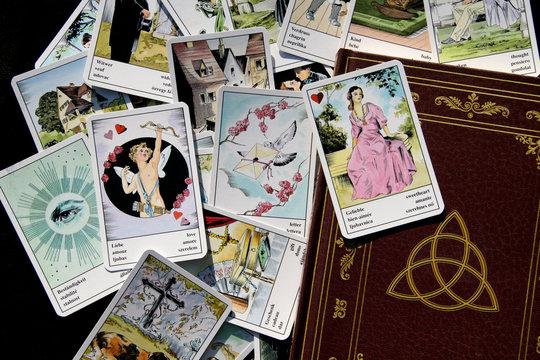 Buch der Schatten + Zigeunerkarten