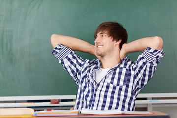 student lehnt sich entspannt zurück