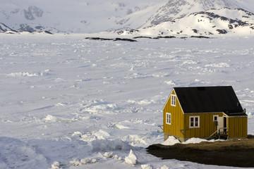 La Maison jaune sur la banquise.