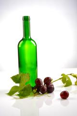 Fototapeta butelka do wina z winoroślą obraz