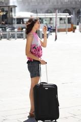 ragazza in vacanza con valigia