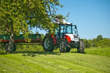 Traktor unter Apfelbaum