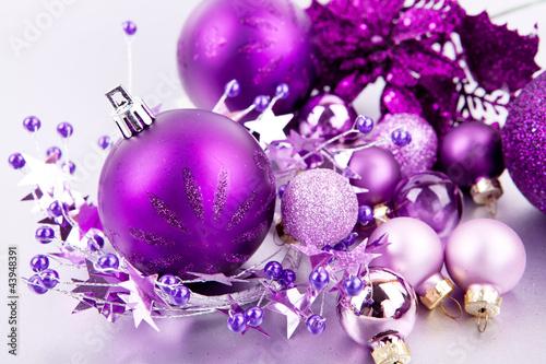 Festlicher weihnachtsschmuck mit lila christbaumkugeln auf silbe stockfotos und lizenzfreie - Christbaumkugeln lila ...