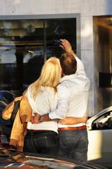 verliebtes Paar macht ein Foto mit dem Handy