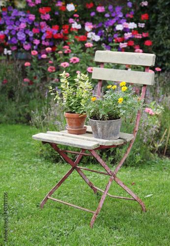 Eisen Stuhl Mit Blumen Im Garten Stockfotos Und Lizenzfreie Bilder