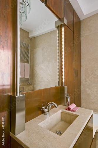 bagno classico con boiserie in rame e lavabo di marmo