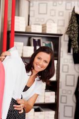lachende verkäuferin in der boutique