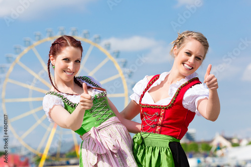 junge frauen in dirndl auf volksfest stockfotos und. Black Bedroom Furniture Sets. Home Design Ideas