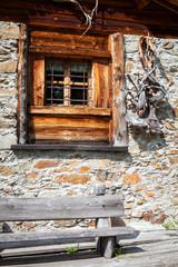 chalet - particolare finestra in legno