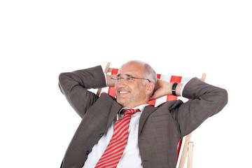 lächelnder geschäftsmann im liegestuhl