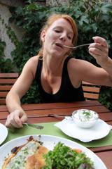 Frau beim Essen im Biergarten