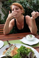 Frau mit Freude am Essen