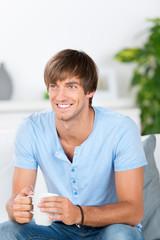 lächelnder mann mit kaffeetasse