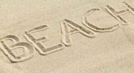 Lettres tracées dans le sable